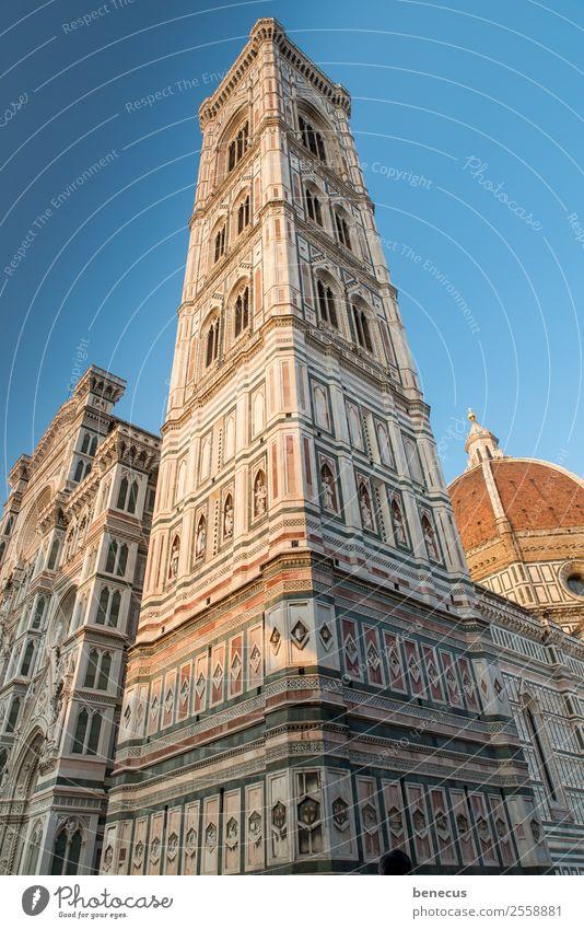 Campanile Stadt Kirche Turm Bauwerk Gebäude Architektur Sehenswürdigkeit Wahrzeichen historisch blau weiß ästhetisch Ziel Marmor fluchtend Fenster Fensterbogen