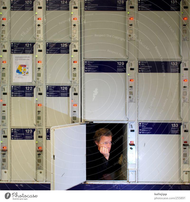 4. türchen Mensch Mann Freude Erwachsene Haus Kopf lustig warten maskulin Tourismus Häusliches Leben Autotür Ziffern & Zahlen Reisefotografie skurril Flughafen