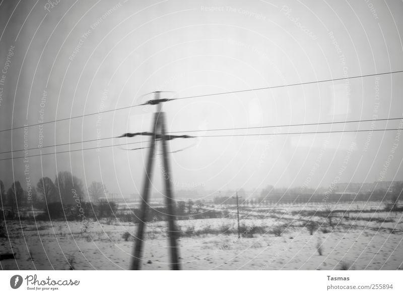 Graue Endlichkeit Energiewirtschaft Strommast Elektrizität Umwelt Landschaft schlechtes Wetter Schienenverkehr Bahnfahren Personenzug kalt trist grau