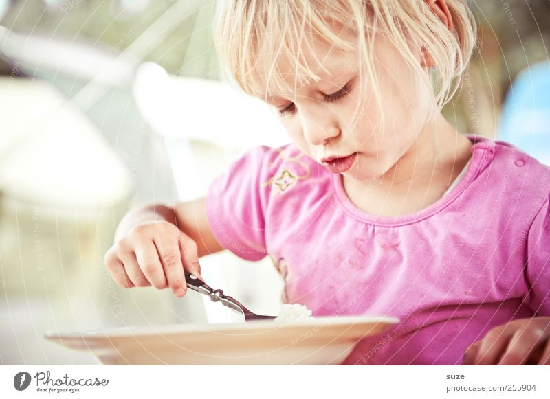 Es gibt Reis Lebensmittel Ernährung Mittagessen Teller Löffel Freude Freizeit & Hobby Ferien & Urlaub & Reisen Sommerurlaub Tisch Mensch Kind Kleinkind Mädchen