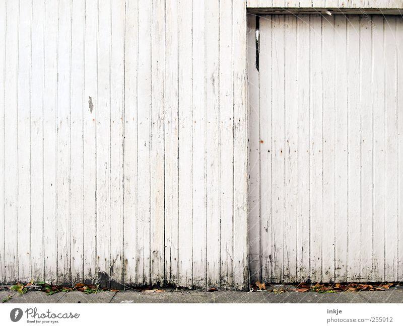 drei Farben weiß (2) Häusliches Leben Haus Stadtrand Menschenleer Tor Mauer Wand Fassade Tür Garagentor Bretterzaun Holz Linie Streifen alt hässlich kaputt