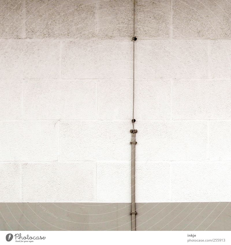 drei Farben weiß (3) Wohnung Haus Technik & Technologie Kabel Menschenleer Mauer Wand Fassade Backstein Linie dünn eckig kalt lang trist grau Leitung vertikal