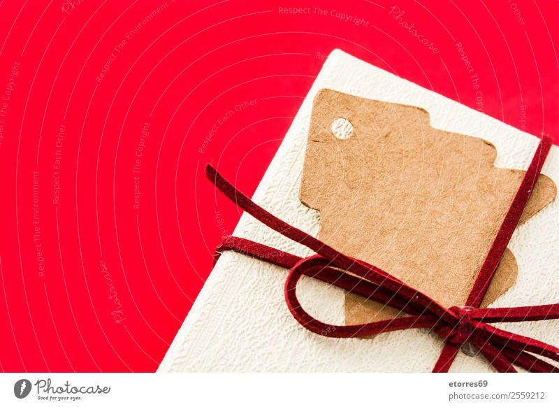 Weiße Geschenkbox auf rotem Hintergrund. Draufsicht weiß Weihnachten & Advent Kasten Schachtel Hintergrund neutral Schnur Feste & Feiern Geburtstag Muttertag