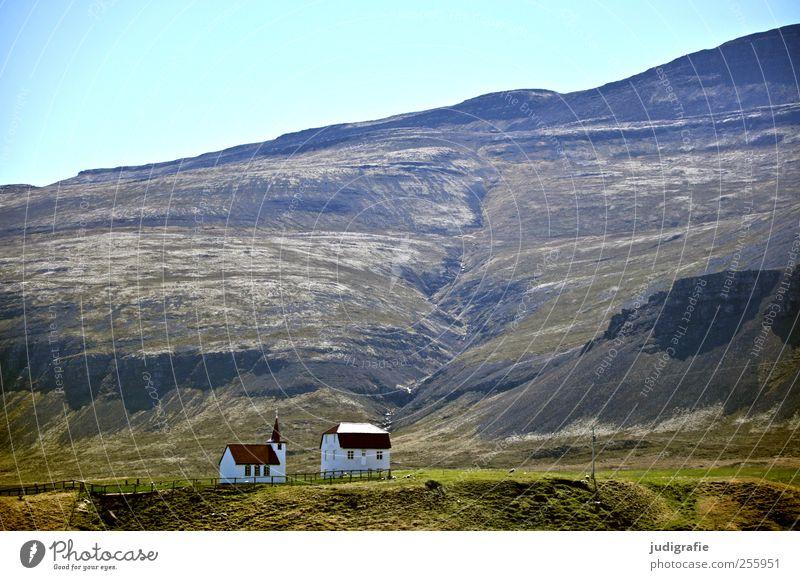 Island Umwelt Natur Landschaft Himmel Hügel Felsen Berge u. Gebirge Haus Kirche Bauwerk Gebäude Kitsch klein Glaube Religion & Glaube Idylle Häusliches Leben