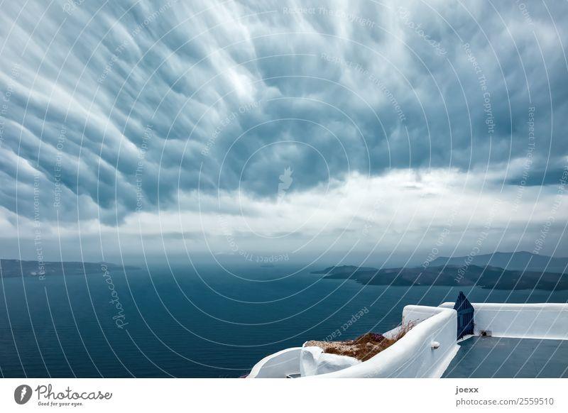 Blick aufs Meer von Terasse mit weißer Mauer bei ungewöhlichen Wolken am Himmel Insel Santorin Außenaufnahme Mittelmeer Kykladen Caldera Ägäis Tag Griechenland