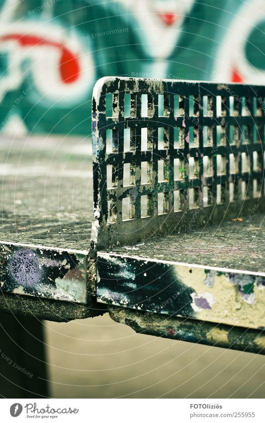 Ping Pong Freizeit & Hobby Spielen Tischtennis Tischtennisplatte Sport Ballsport Schulhof Jugendkultur Graffiti Spielplatz Stein Metall blau grau grün Farbfoto