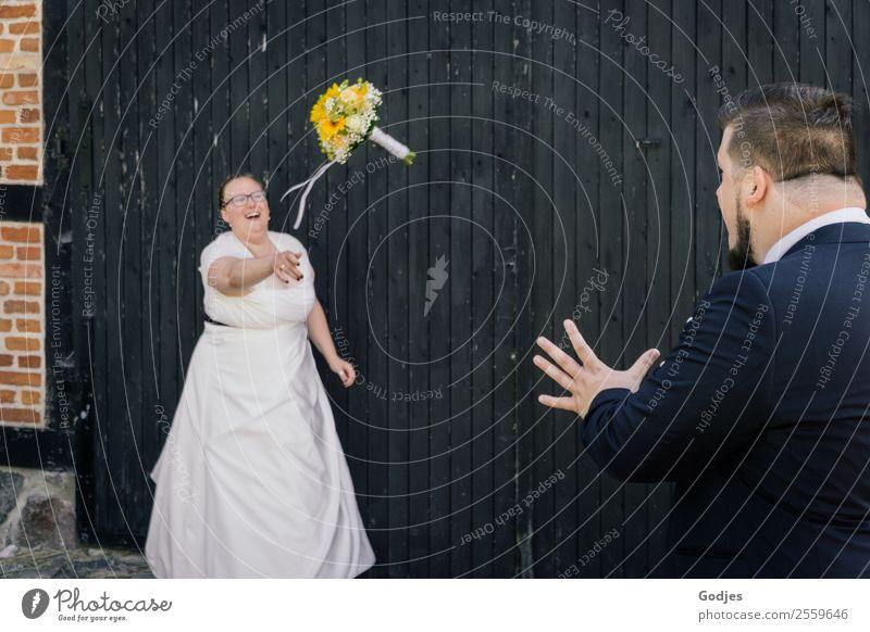 Braut wirft Blumenstrauß zum Ehemann I Frau Mensch Jugendliche Mann Junge Frau Sommer Pflanze Junger Mann 18-30 Jahre Erwachsene Liebe feminin lachen Glück Paar