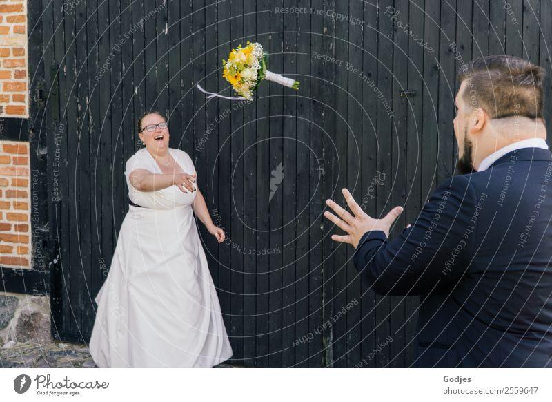 Braut wirft Blumenstrauß zum Ehemann II Frau Mensch Jugendliche Mann Junge Frau Junger Mann 18-30 Jahre Erwachsene Liebe lachen Glück Paar stehen Fröhlichkeit