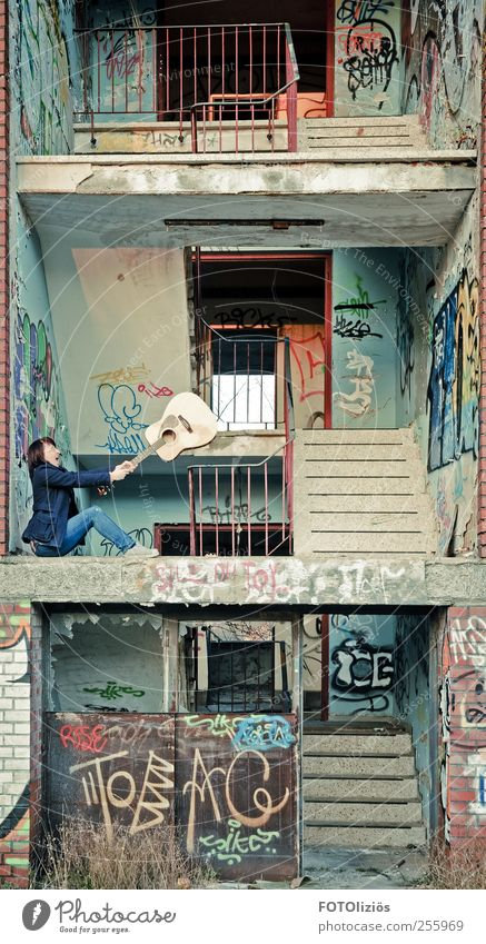 luftige 2 Z-Whng zu verm. Mensch Haus Graffiti Stein Metall Musik Fassade Beton Treppe verrückt Häusliches Leben einzigartig Jeanshose Balkon dumm Rost