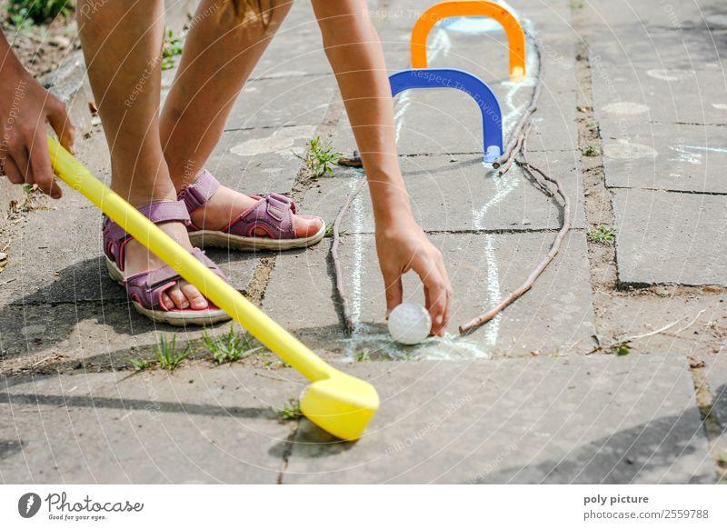 Kinder spielen Minigolf im Garten Freizeit & Hobby Spielen Ferien & Urlaub & Reisen Tourismus Abenteuer Sommer Sommerurlaub Sonne Sport Mädchen Junge