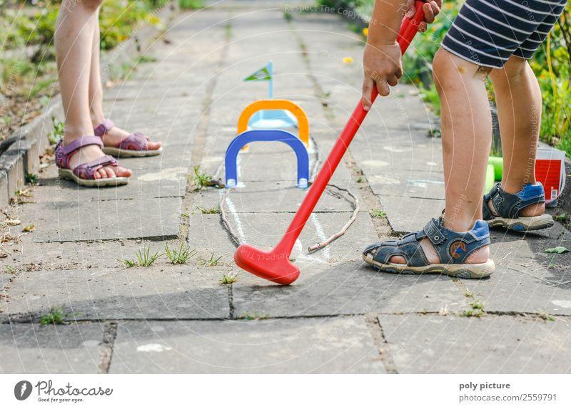 Kinder spielen Minigolf im Garten Mensch Ferien & Urlaub & Reisen Jugendliche Junge Frau Sommer Junger Mann Sonne Hand Leben Tourismus Spielen Freiheit Fuß