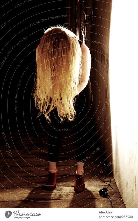Schüttel dein Haar für mich! elegant Tanzen Dachboden Scheinwerfer Holzfußboden Kabel Haare & Frisuren Arme 1 Mensch Tänzer St. Pauli Mauer Wand Schuhe rot