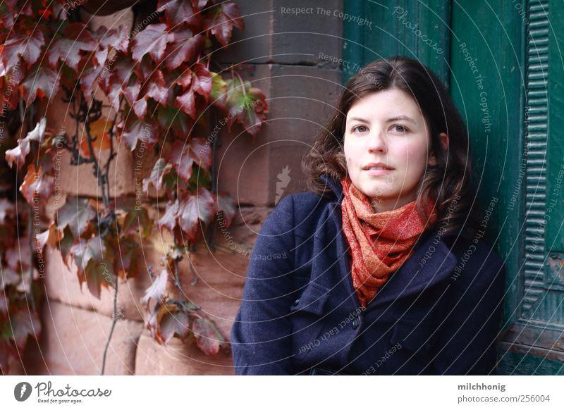 Die grüne Tür Mensch Jugendliche blau schön rot ruhig Erwachsene Haus feminin Glück Denken Stimmung Zufriedenheit sitzen