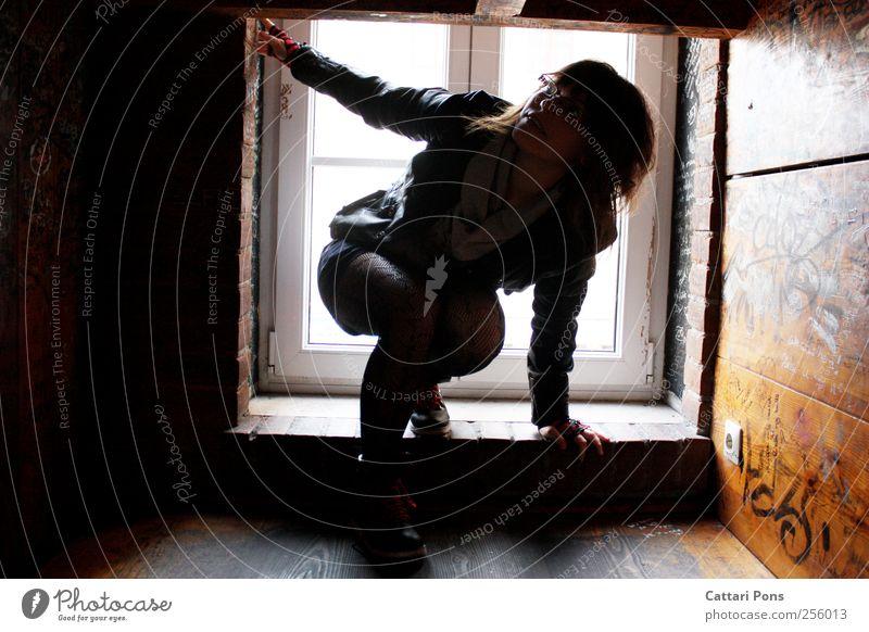 My day has changed. Frau Mensch Jugendliche Erwachsene feminin Fenster Holz Bewegung Innenarchitektur Abenteuer Bekleidung Häusliches Leben einzigartig beobachten festhalten