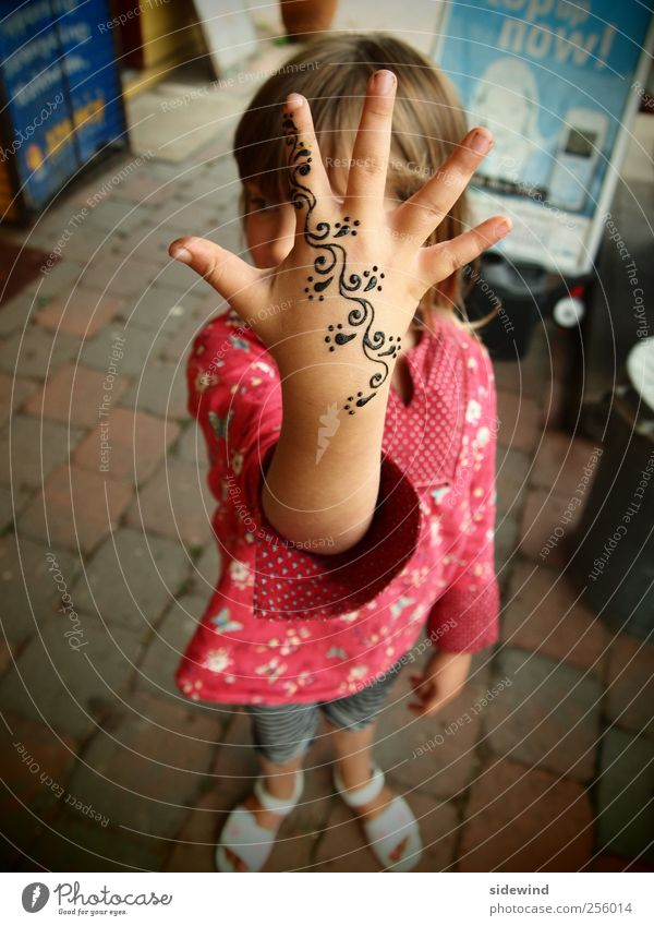 FlowerPower Design Freude Glück schön Schminke Spielen Sommer Mensch Kind Mädchen Kindheit Leben Arme Hand Finger 1 3-8 Jahre Kleid Accessoire Tattoo Zeichen