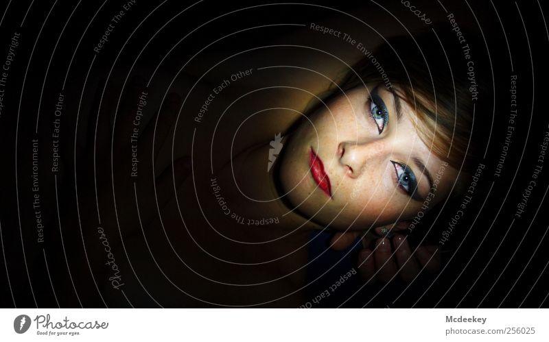 Verlockende Verwandlung 2 Mensch Jugendliche blau Hand weiß schön rot schwarz Gesicht Erwachsene Auge feminin dunkel grau Kopf orange