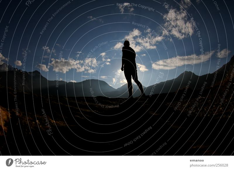 Alpen Sehnsucht Mensch Himmel blau Ferien & Urlaub & Reisen Freude Wolken schwarz Ferne Freiheit Berge u. Gebirge Stil Freizeit & Hobby Ausflug wandern maskulin