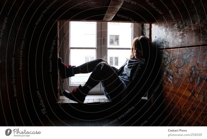 won't see the world from here Frau Mensch Jugendliche Erwachsene Einsamkeit Haus Erholung feminin dunkel Fenster klein Zusammensein sitzen warten liegen