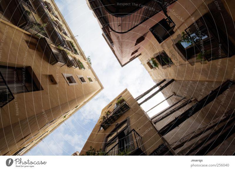 h Lifestyle Städtereise Häusliches Leben Barcelona Spanien Altstadt Haus Gebäude Architektur Fassade Perspektive eng beklemmend himmelwärts Hinterhof