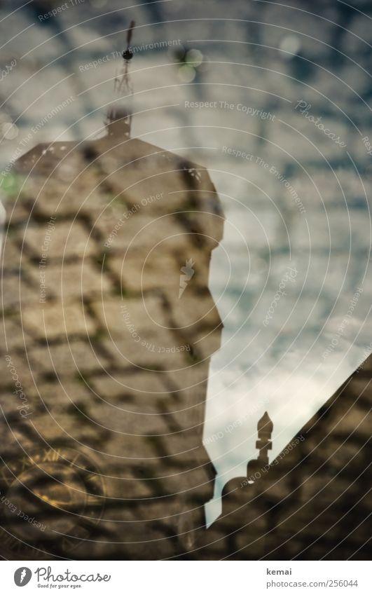 Uhrenturm Stuttgart Stadt Stadtzentrum Altstadt Kirche Turm Bauwerk Gebäude Mauer Wand Fassade Sehenswürdigkeit Pflastersteine außergewöhnlich dunkel nass