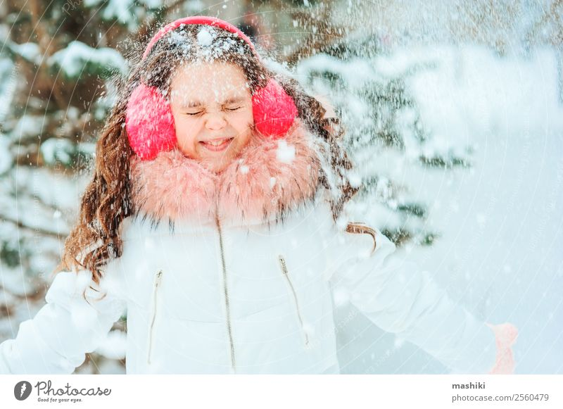 Winterporträt eines glücklichen Kindes Mädchens, das im Freien spazieren geht. Freude Glück Ferien & Urlaub & Reisen Abenteuer Freiheit Schnee Kindheit Natur