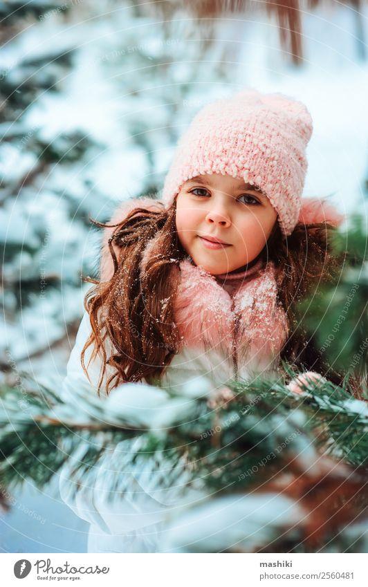 Winterporträt eines süßen lächelnden Kindes Mädchens im weißen Kittel Freude Ferien & Urlaub & Reisen Abenteuer Freiheit Schnee Winterurlaub Kindheit Natur