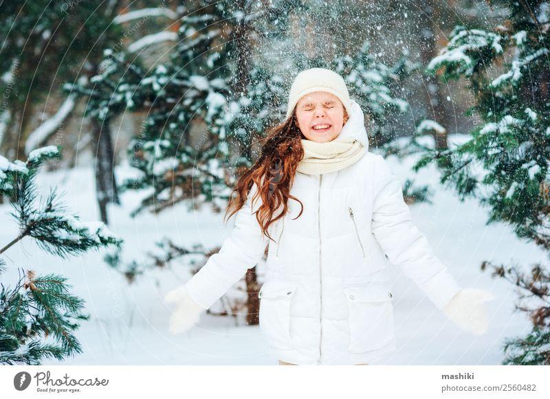 Winterporträt eines glücklichen Kindes Mädchens beim Spielen im Freien Freude Ferien & Urlaub & Reisen Abenteuer Freiheit Schnee Kindheit Natur Schneefall Baum