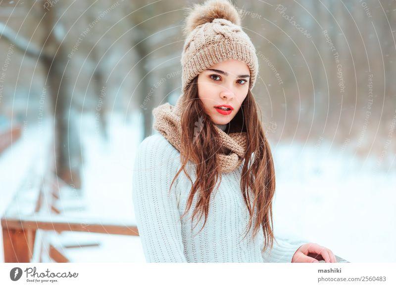 Frau Natur Ferien & Urlaub & Reisen Freude Wald Winter Gesicht Erwachsene natürlich feminin Schnee Stil Mode Schneefall Park träumen