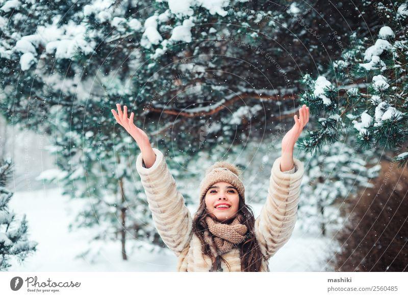 Frau Natur Ferien & Urlaub & Reisen Baum Freude Wald Winter Gesicht Erwachsene natürlich feminin Schnee Glück Stil Mode Schneefall