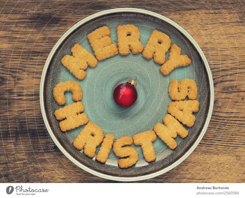 Merry Christmas Kekse auf einem Teller Dessert Stil Winter Feste & Feiern Weihnachten & Advent lecker süß high angle top view wooden shiny red ball bauble plate