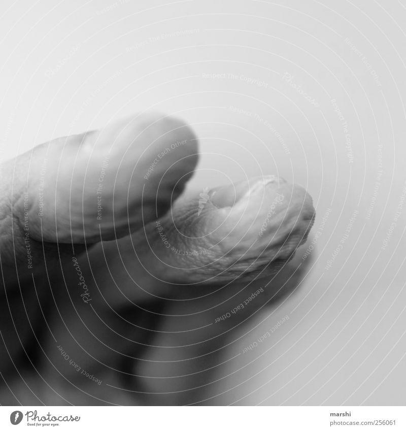 Schrumpelfinger Mensch Hand Finger alt verschrumpelt Haut Schwarzweißfoto Nahaufnahme Detailaufnahme Makroaufnahme Unschärfe