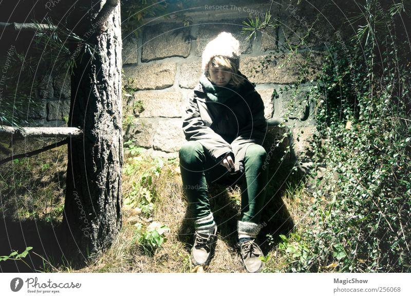 Lost in a forest - Verloren im Wald Junge Frau Jugendliche 1 Mensch 13-18 Jahre Kind Natur Baum Mauer Wand Mütze sitzen kalt gelb grün schwarz bescheiden