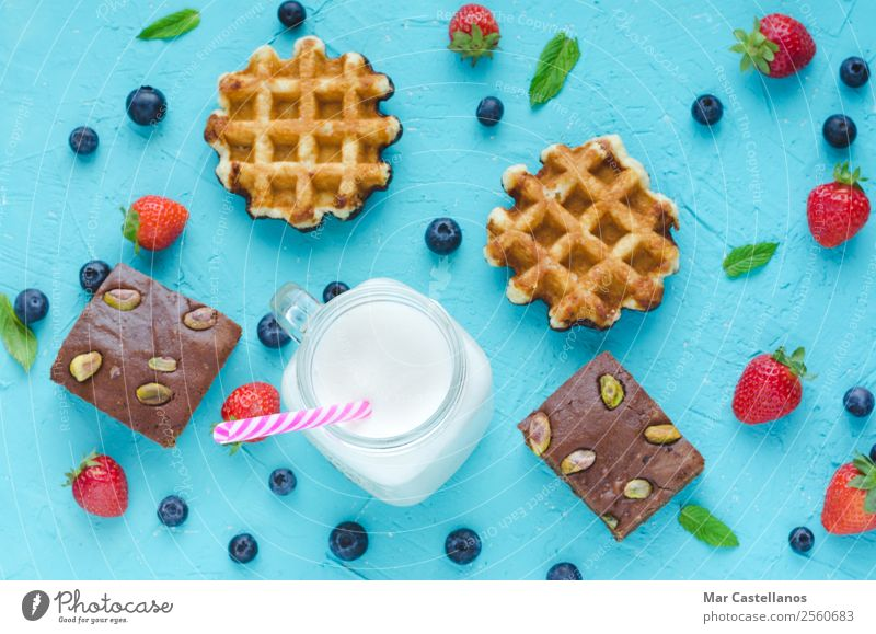 Waffeln, Brownie und Smoothie mit roten Beeren. Frucht Frühstück Mittagessen Blatt frisch lecker blau braun grün weiß Milchshake Erdbeeren Blaubeeren Minze