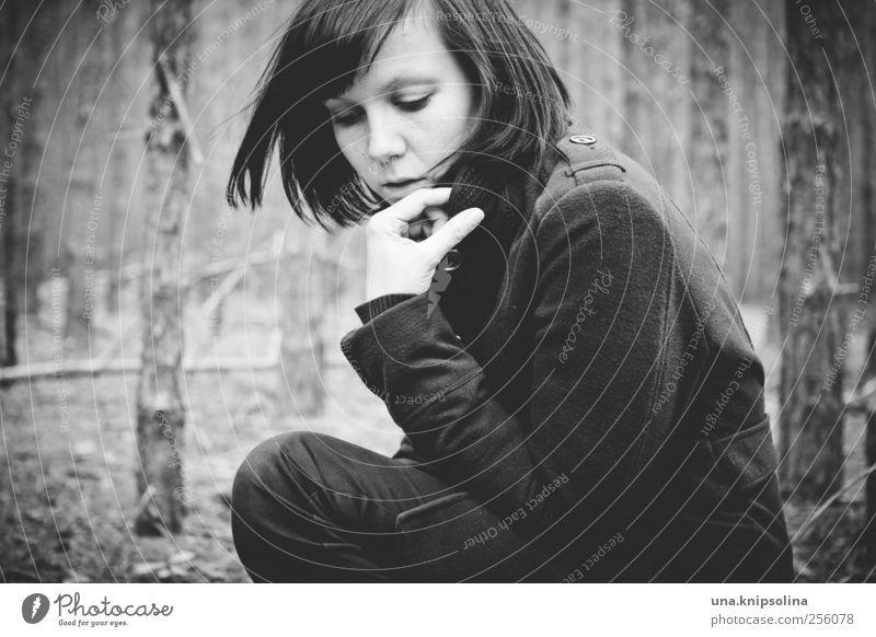 wer den wolf scheut... feminin Junge Frau Jugendliche Erwachsene 1 Mensch 18-30 Jahre Herbst Winter Wald Mode Mantel schwarzhaarig brünett Pony berühren Denken