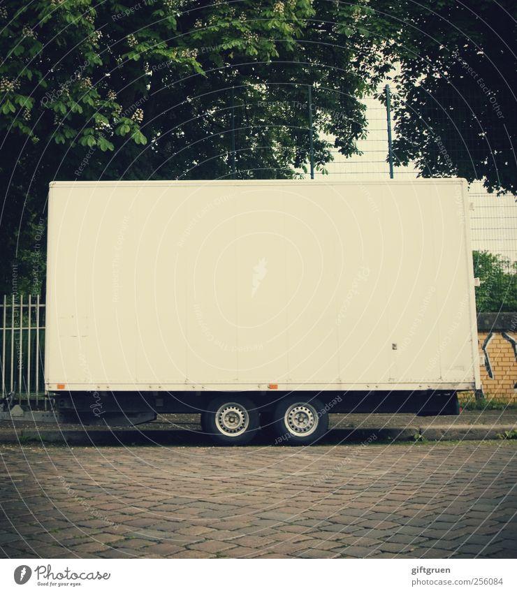 die große leere Verkehrsmittel Verkehrswege Güterverkehr & Logistik Straße Wege & Pfade Bauwagen Anhänger Parkplatz parken Reifen Pflastersteine Bodenbelag weiß