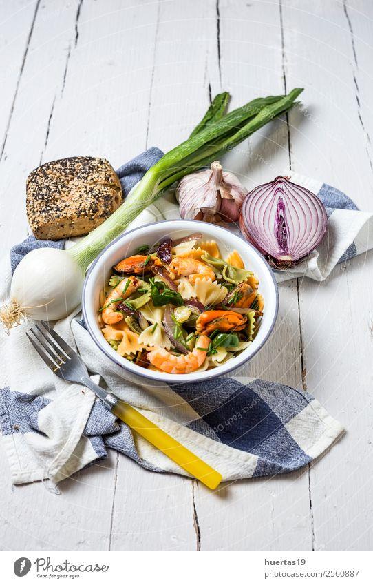 Grüne Tagliatelle mit Meeresfrüchten Lebensmittel Gemüse Brot Kräuter & Gewürze Italienische Küche Teller Gabel Tisch Gastronomie Muschel lecker natürlich oben