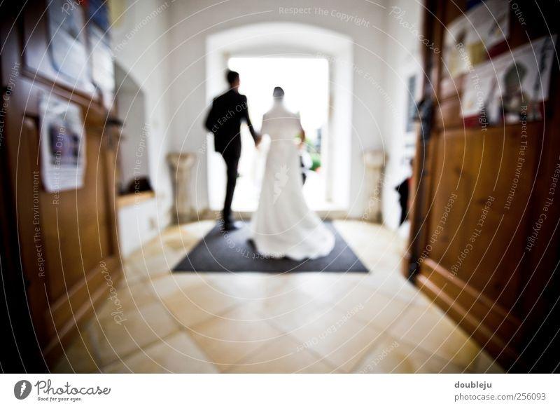 just married Frau Mann Liebe Leben Glück Religion & Glaube Tür Zusammensein Hochzeit Kirche Romantik Kleid Tor Anzug Partner Zusammenhalt