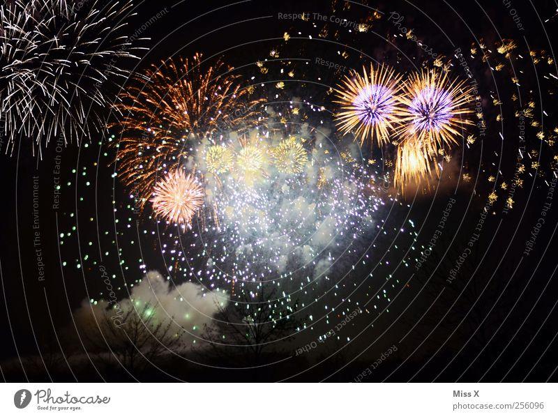 Alle Jahre wieder Feste & Feiern Silvester u. Neujahr mehrfarbig Feuerwerk Krach hell blitzen Farbfoto Außenaufnahme Experiment Muster Menschenleer Nacht