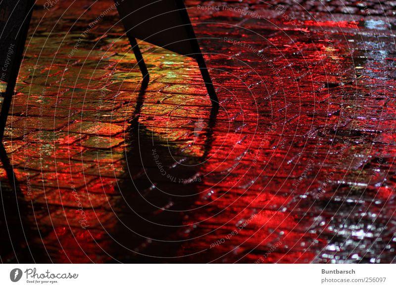 Weihnachtslichter Wasser schlechtes Wetter Regen Straße Pflasterweg Kopfsteinpflaster Straßenbelag Aufsteller Schilder & Markierungen Werbeschild gelb rot nass