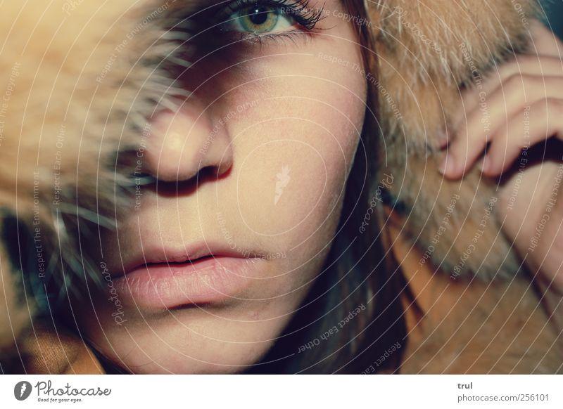 Eskimo Junge Frau Jugendliche Gesicht Auge Nase Mund Lippen Fell Kapuze nah gelb Farbfoto Innenaufnahme Zentralperspektive Blick