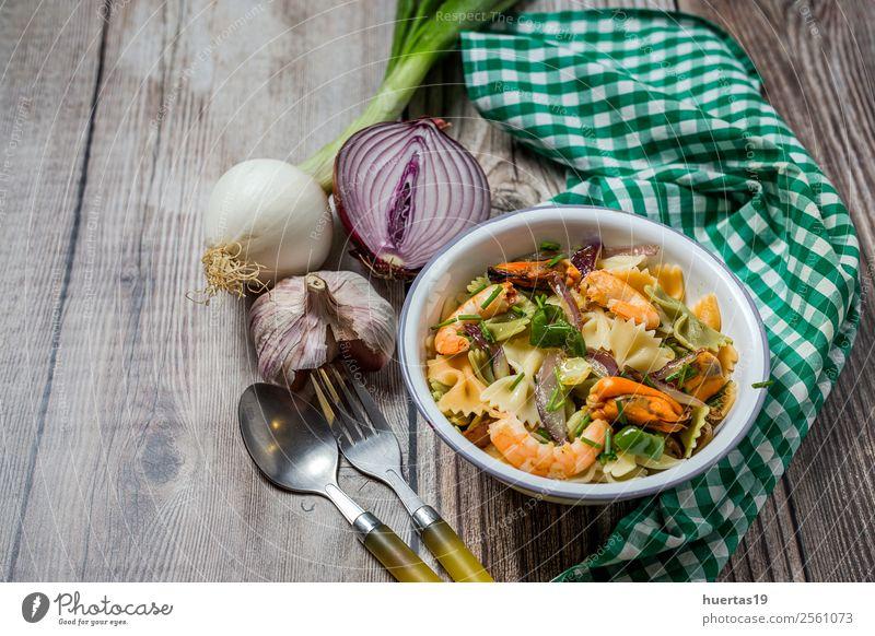 Grüne Tagliatelle mit Meeresfrüchten Lebensmittel Gemüse Brot Ernährung Mittagessen Italienische Küche Teller Gabel Tisch Gastronomie Muschel lecker oben sauer