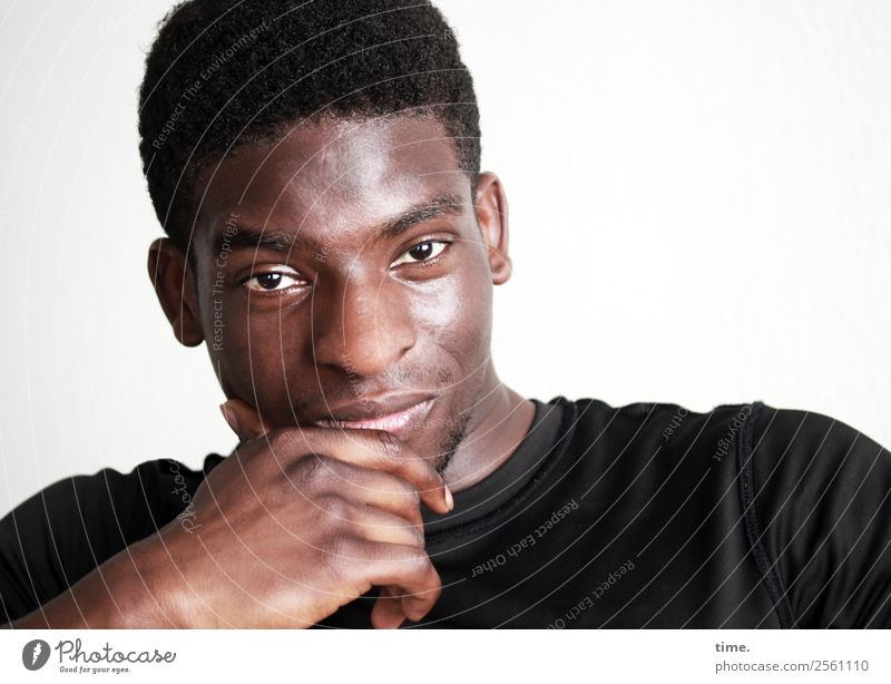 Kekeli maskulin Mann Erwachsene 1 Mensch T-Shirt schwarzhaarig kurzhaarig beobachten Denken festhalten Blick warten sportlich authentisch schön selbstbewußt