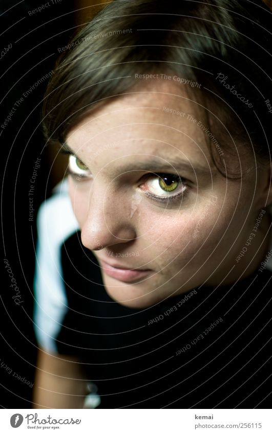 Nummer 3 Mensch Jugendliche grün schwarz ruhig Erwachsene Auge dunkel Leben feminin Kopf Mund Nase Coolness 18-30 Jahre Junge Frau