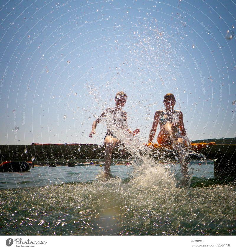 Der Winter kann uns mal... Mensch Jugendliche Ferien & Urlaub & Reisen Sommer Meer Freude Erwachsene Leben Spielen Beine Paar Freundschaft Zufriedenheit Wellen Freizeit & Hobby Schwimmen & Baden
