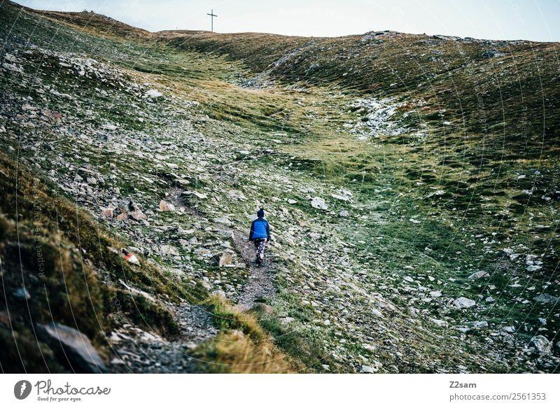 Aufstieg zum Gipfel Himmel Natur Jugendliche Junge Frau Landschaft Einsamkeit Berge u. Gebirge 18-30 Jahre Erwachsene Herbst Umwelt natürlich Sport