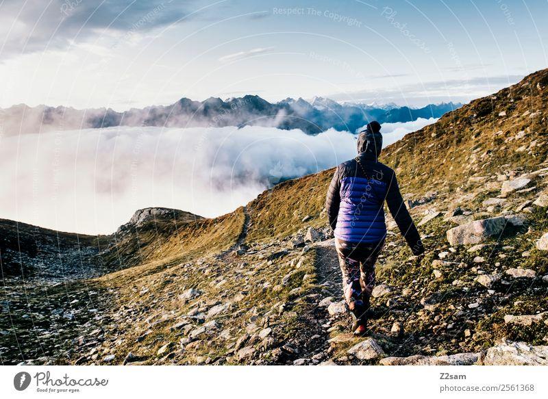 Abstieg   Gipfel   Alpen   Morgens Himmel Natur Ferien & Urlaub & Reisen Jugendliche Junge Frau blau Landschaft Wolken Einsamkeit ruhig Berge u. Gebirge