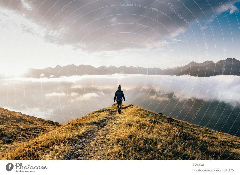 Junge Frau auf dem Gipfel des Vernet Ferien & Urlaub & Reisen Abenteuer Ferne Berge u. Gebirge wandern Feste & Feiern Erwachsene 30-45 Jahre Natur Landschaft