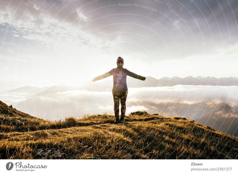 Alpen | Gipfel | Freiheit | Sonnenaufgang Himmel Natur Ferien & Urlaub & Reisen Jugendliche Junge Frau Landschaft Wolken Berge u. Gebirge 18-30 Jahre Lifestyle
