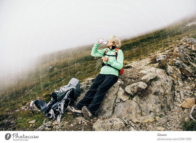 Rentnerin beim Wandern Frau Mensch Natur alt Landschaft Erholung Berge u. Gebirge Herbst Senior Felsen wandern Nebel modern blond Kraft sitzen
