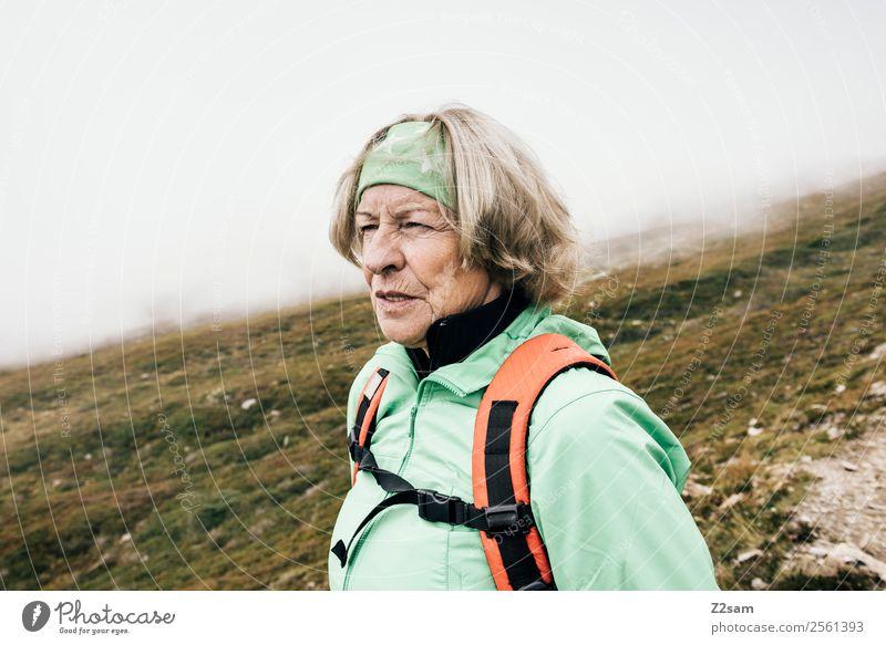 Rentnerin beim Wandern Frau Natur Ferien & Urlaub & Reisen alt Landschaft Berge u. Gebirge Gesundheit Erwachsene Herbst Senior feminin Feste & Feiern